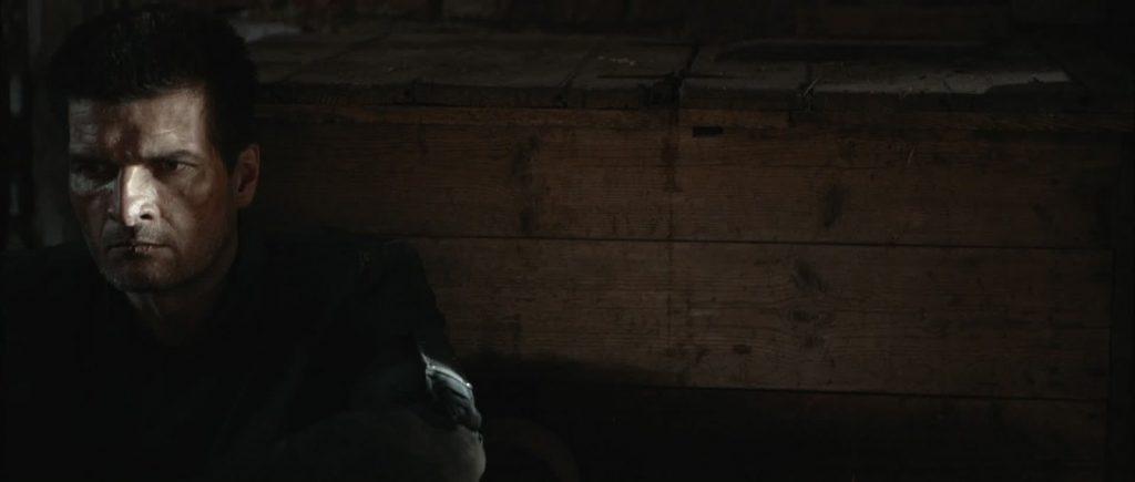 Zwei Soldaten Filmstill - Peter Bisch sitzend in Huette